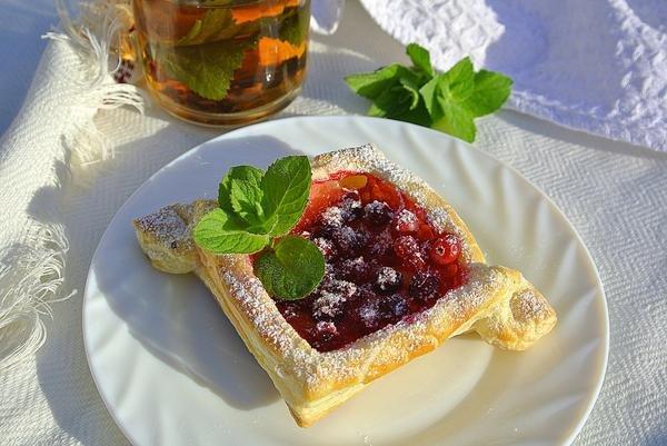 из слоеного теста слойки с ягодами