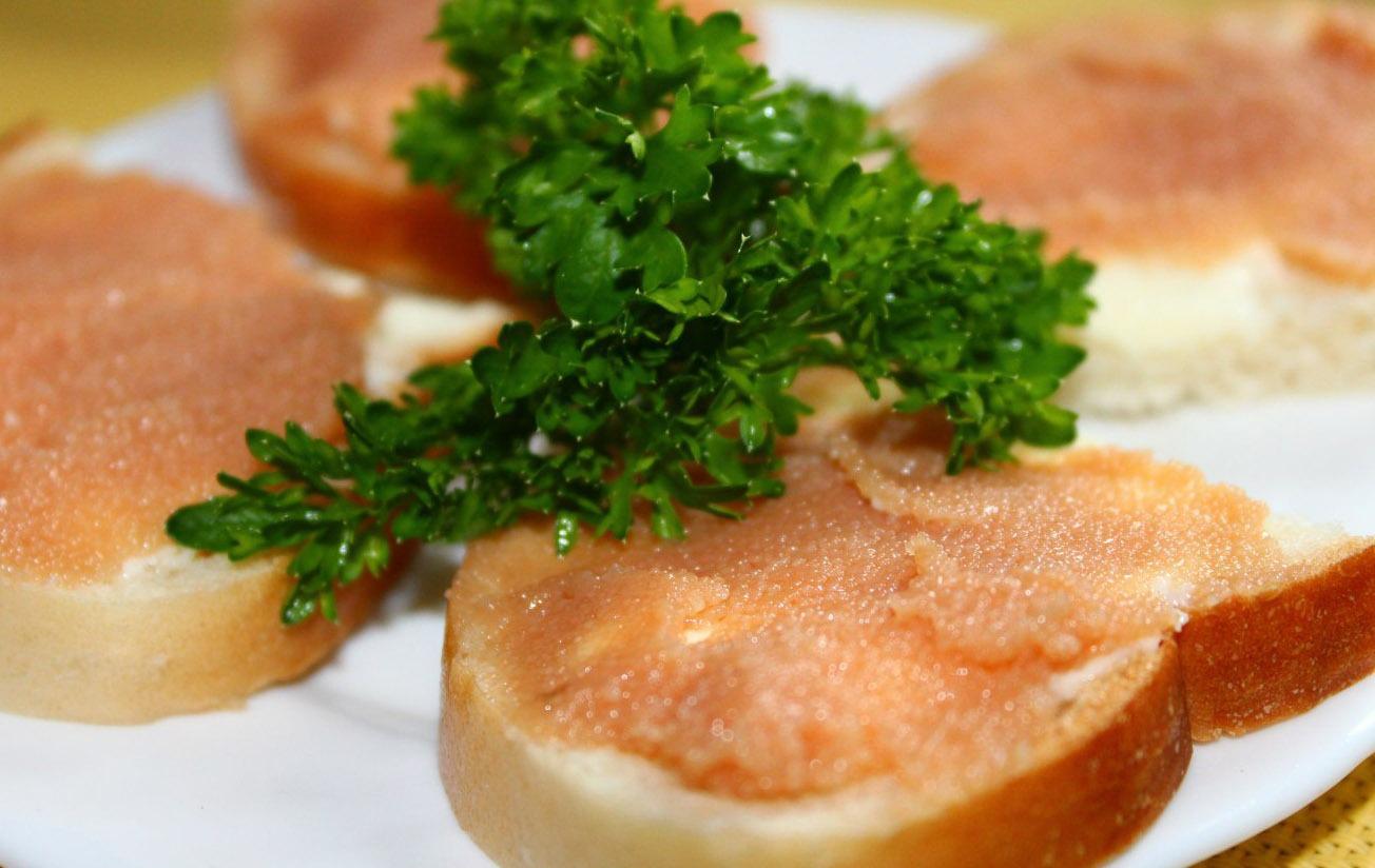 бутерброд из белого хлеба с икрой