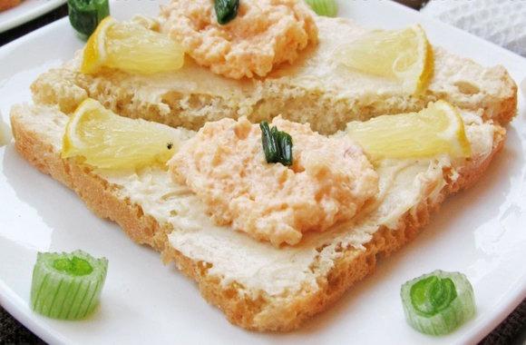 Бутерброд с маслом и икрой